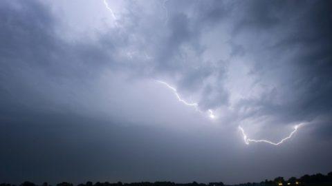 Hond bang voor onweer: 7 tips om je te helpen!